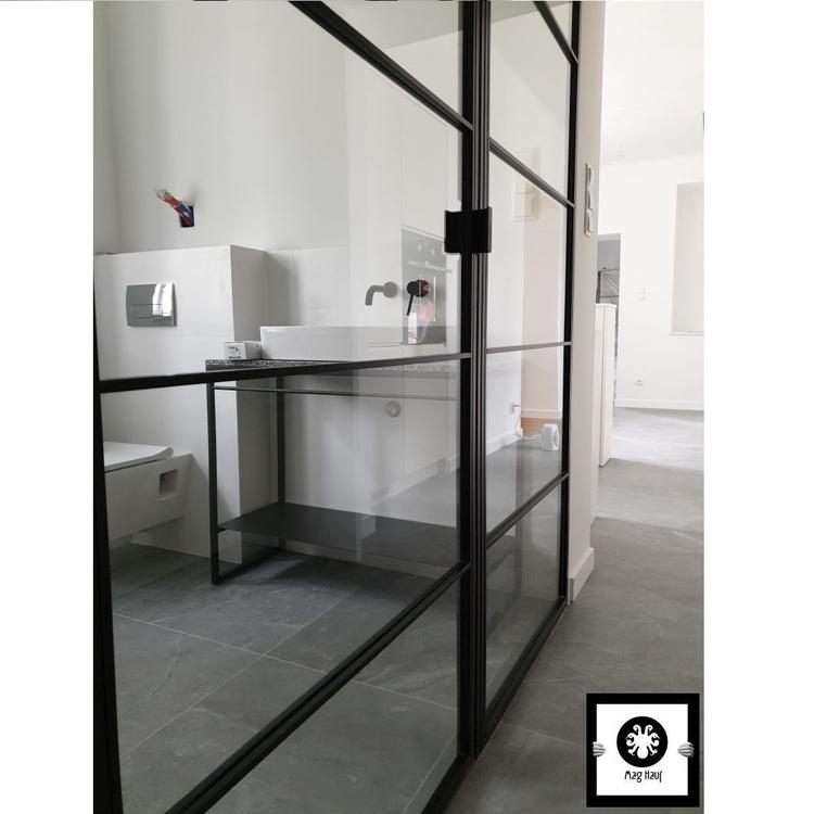 Szklana ścianka industrialna z drzwiami LOFT do łazienki Warszawa
