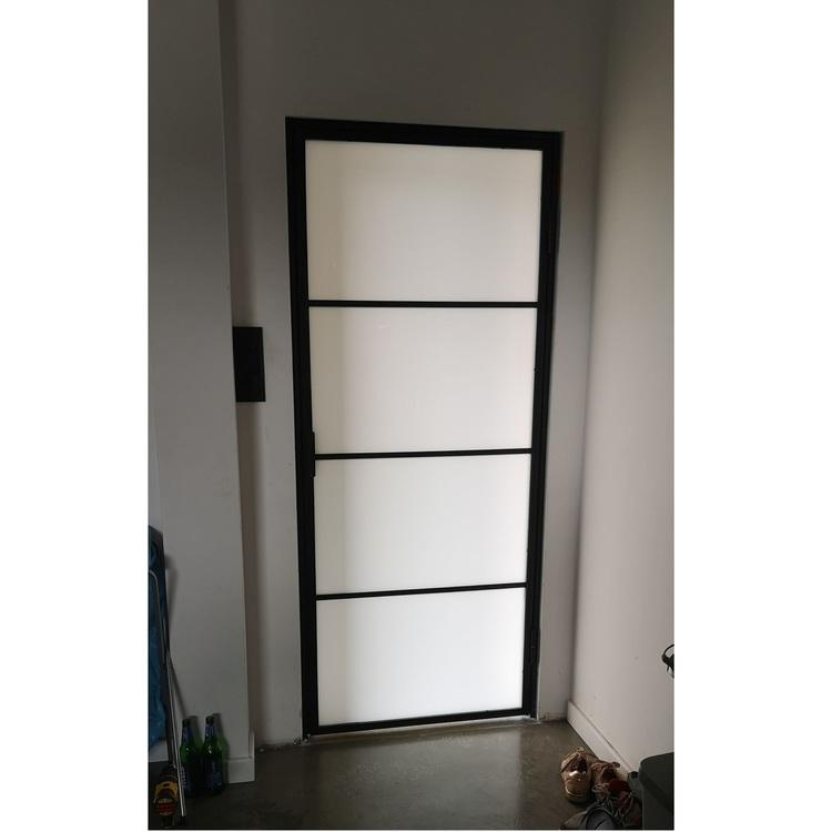 Drzwi ze szkłem mlecznym LOFT w domu w Kostrzynie nad Odrą